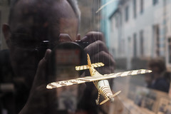 Do-27 (Lens Daemmi) Tags: dente do27 em10 flugzeug fotograf modell omd olympus schaufenster spiegelung zebra aircraft model photographer plane reflection shop window selfie