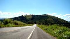 Na estrada (Sophie Carrire) Tags: estrada paisagem p da serra carro montanha verde