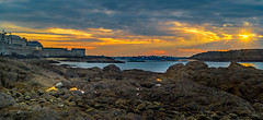 zonsondergang over strand (t.boelaars) Tags: saintmalo kleurrijk rotsen weerspiegeling zee zonsondergang