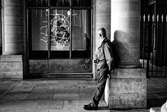 Les photographes (Paolo Pizzimenti) Tags: panorama paris film paolo olympus galerie jeunesse f18 passage zuiko palaisroyal homme omd argentique colonne photographe em1 doisneau pellicule m43 mmes mirrorless25mm