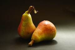 2 Peras ..... (davidgv60) Tags: david60 frutas color fondonegro oscuro composicin fujifilmxt10 espaa spain luznatural caja interior alimentos natur natural peras photodgvphotodgv