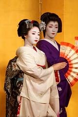 Maiko et Geiko (1) (romain_castellani) Tags: d750 dxoopticspro dxofilmpack tamron70300mmf456 japon japan kyto kyoto portrait spectacle geisha maiko geiko people art face visage tradition danse dance musique music femme woman ventail handheldfan handfan or gold maquillage makeup kimono