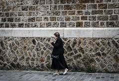(.Bubamara.) Tags: paris noir robe passante donna smoke strada mura black nero sigaretta fumo passi camminare via parigi