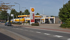 2014 Nederland 0117 Geldrop (porochelt) Tags: nederland shell eu gasstation petrolstation noordbrabant tankstelle gasolinera geldrop stationservice benzinestation benzinera bensinstation stationdessence stazionediservizio stacjabenzynowa huoltoasema bensiinijaam postodeabastecimento benzinistasyonu staiedealimentare