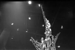 Muse du Quai Branly, Paris, France (Les vaches paissent, les hommes passent.) Tags: paris france statue canon kodak tmax trix muse histoire a1 quai homme argentique branly idole