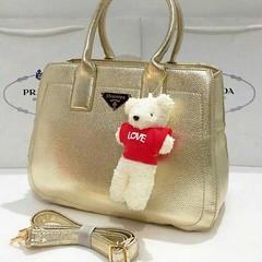 """shumiya พี่หมีนารัก ใบใหญ่ใส่จุใจ.ขนาด13"""" มาพร้อมสายสะพายยาว สวยน่ารักมากค่ะ รวมพี่หมีนะคะ        กระเป๋าสะพาย ®Prada        ราคา 690 ฿        ค่าจัดส่ง.ส่งฟรีแบบลงทะเบียน, EMS 70฿   📢 สอบถามข้อมูลเพิ่มเติมหรือสั่งซื้อ 📲Line"""