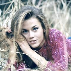 Jane Fonda (starlets3000) Tags: 20century 20jahrhundert 60erjahre 60th a00545 actress amerikanische ausenaufnahme blond blondine color exteriorview gras liegend liegt namefondajane persoenlichkeiten personalities personen persnlichkeiten portrait schauspielerin sixties