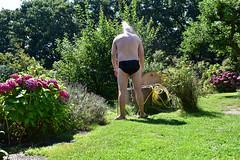 Bestes Wetter für eine Gartendusche (peterwoelwer) Tags: portrait selfportrait selbstportrait selfie gardena selbstauslöser gartendusche