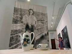 no selfie control (maximorgana) Tags: cartagena palacioconsistorial teapot china chinaware cup plate selfie picture people losjohanssen charris joseluisserzo gonzalosicre manuelsaro