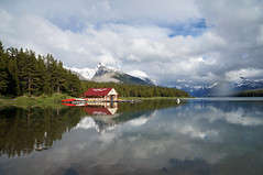 Maligne Lake - the classic view (leuntje) Tags: malignelake jaspernationalpark jasper alberta canada boathouse nationalpark canadianrockies rockymountains malignemountain reflections
