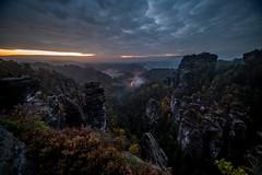 Morgens am Raaber Kessel (matthias_oberlausitz) Tags: raaber kessel basteigebiet himmel morgen sonnenaufgang schsische schweiz elbsandsteingebirge felsen sachsen