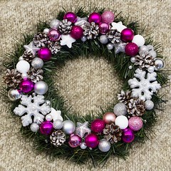 Stroik - biao-srebrno-fioletowy nr 1 / Wreath - white, silver and purple no 1 (PawelPL) Tags: christmas white snow canon silver snowflakes holidays shine hand purple handmade decoration balls garland made wreath ornaments 7d dslr nieg srebrny poysk niegu biay wita bombki narodzenie boe fioletowy wianek ozdoba patki