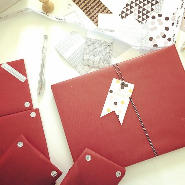 Emballer les cadeaux en écoutant des chants de Noël 😍 🎁🎄 #christmas #christmasiscoming #holidays #vacances #emballagedescadeaux #MyLittleBox