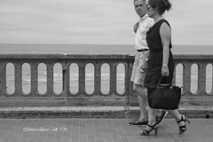 IMG_6330B - Lovers on the meridian of love - Promenade Marcel Proust - Cabourg, Calvados (14) - BL - Juill. 2016 (heuliez142011) Tags: street monochrome canon outdoors blackwhite noiretblanc normandie pancake lover normandy plage passerby amoureux balade cabourg focalefixe efs40mmf28stm canoneos760d heuliez142011