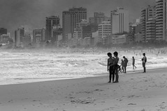 Praia de Ipanema (Ipanema Beach), Rio de Janeiro, Brasil (takasphoto.com) Tags: america americas amricadelsur arpoador bw beach blackwhite blackandwhite blancoynegro brasil brasilia brasilien brasili brazil brazilia centro color earth garotadeipanema ipanema ipanemabeach leblon monochrome noiretblanc posto9 praia praiadeipanema rio riodejaneiro rodejaneiro santateresa schwarzweifotografie southamerica southernhemisphere westernhemisphere world zonacentral