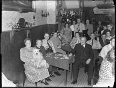 07-27-1949_06381 Café Van der Vliet (IISG) Tags: benvanmeerendonk amsterdam café interieur interior vrouwen women female mannen men male dieren animals hond dog alcohol drank stamgasten