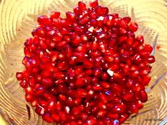 über einer Schüssel mit einem Löffel aus klopfen. (HITSCHKO) Tags: obst grenadine punica lythraceae nutzpflanze punicagranatum granatäpfel granatapfel myrtales weiderichgewächse myrtenartige kultpflanze