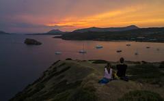 Perfect - Reto Paraso (bernat.rv) Tags: sunset atardecer sounio grecia greece sea mar boats barcas light stripes lineas luz pareja mirando couple