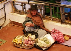 Selling spices (magellano) Tags: sucre bolivia mercado central mercato market spezie spice donna woman candid anziana elderly anciana mujer aglio garlic seated sitting sit people cappello hat