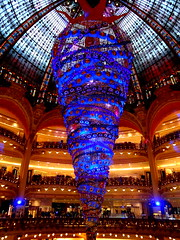 Changing colours of Galeries Lafayette Christmas Tree (SerenadeS) Tags: christmas blue paris tree colors shopping december galeries lafayette boulevard haussmann bright change