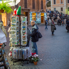 Viewing postcards (Kristian Hedberg) Tags: italien people italy rome roma canon eos italia folk postcard tourist tourists postcards 5d rom turist markiii turister mnniska mnniskor canoneos5dmarkiii