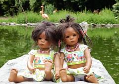 Doppel Leleti ... wir sind die Minis ... (Kindergartenkinder) Tags: dolls himstedt annette essen park gruga kindergartenkinder sommer leleti