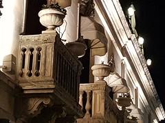 Affacci arredati con piante e lampade. #Taormina #balconi #Sicilia #sicily #Summer2016 #finestre #windows (Kalispera2007) Tags: sicilia taormina summer2016 sicily finestre balconi windows