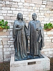 Madonna Pica and Pietro di Bernardone, Saint Francis' parents - Bronze sculptures (1984) by Roberto Joppolo at Assisi (Carlo Raso) Tags: pietrodibernardone madonnapica saintfrancis robertojoppolo assisi umbria italy