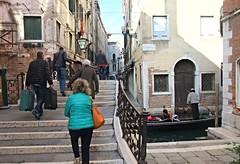 Travelling (Venezia) (MarioLaser) Tags: venice ponte bridge canale gondola gondoliere viaggio turisti scalini steps valige