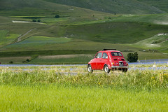 500 rossa (Lucky Lu62) Tags: 500 auto autodepoca castellucciodinorcia mezzi old car red green hills road meadows