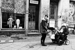 .012: Berlin (Daniel Ivn) Tags: street winter portrait white berlin blancoynegro blanco bicycle kids germany mom deutschland blackwhite calle europa europe geometry retrato candid mommy mam streetphotography highcontrast streetportrait streetlife bicicleta nios invierno madre berln blackwhitephotography blackwhitephoto geometra altocontraste fotografadecalle indoorstreetphotography danielivan danielivn retratodecalle fotografadecalleeninteriores
