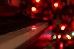 Piano y navidad (orobon891) Tags: arbol 50mm navidad luces pentax bokeh piano valladolid musica 17 smc orobon