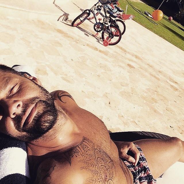 RICKY MARTIN sun tan