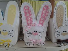 20150204_140622 (adriana.comelli) Tags: capa coelhos cadeira pascoa cestas ninhos cenouras guirlandas