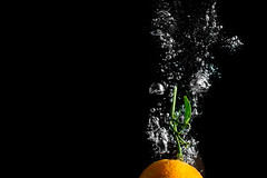 CLASSICAL MANDARINE SPLASH #3  IMG_5520 (photo.bymau) Tags: bymau canon 7d slide lemon mandarine fruit studio highspeed flashsync flash sync haute vitesse water drop bulle bulles buble orange dark yellow noir fond aquarium