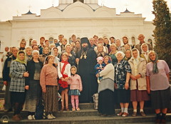 111. Архим. Арсений со своими селянами 2005 г