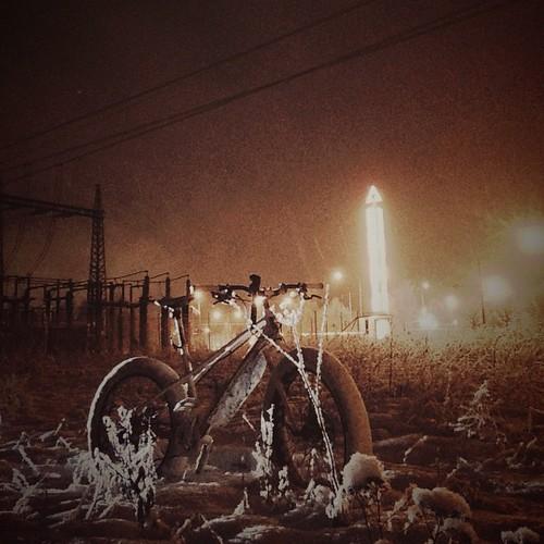 Itäharjun valomonumentti ehti vain yhteen kuvaan kunnes sammui. #fatbike #nightphoto #strobist #iStrobism #snow #fatty #konone #turku #bicycle #mtb #luminance