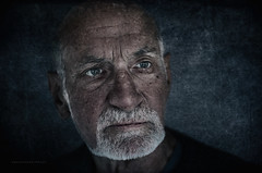 F a c e (Freddersen FF) Tags: 2015 badbocklet brille portrait reha altermann old oldmen face gesicht charakterportrait charakter schatten unschrfe dof beard augen eye white whitehair kopf head headshot freddersenfffotografie fredjust closeup textur texture 50mm f18 nikond7000 afsnikkor50mmf18g nose nase shadow light availablelight