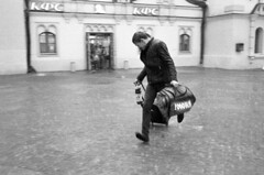 Moscow. 07.2016 (Woodent) Tags: film streetphotography bw rain moscow running nikons32000 wnikkor3518 fujineopan400 diafine 800
