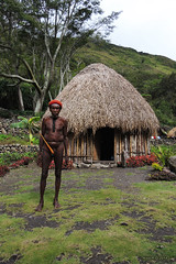 Traditional dress - Baliem Valley, West Papua (-AX-) Tags: indonesia village papua personnes hutte koteka baliemvalley penisgourd wamerek