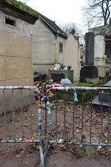 Cimetire du Pre-Lachaise. Paris. Grave Jim Morrison. (elsa11) Tags: cemetry paris graveyard parijs begraafplaats prelachaise cimetire cimetireduprelachaise jimmorrisson cemetryprelachaise gravejimmorrison