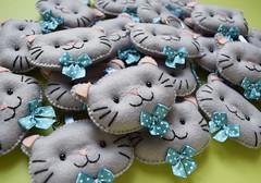 Chaveiros de gatinhos (Meia Tigela flickr) Tags: baby lembrança artesanato artesanal craft felt gato bebê manual feltro cinza gatinho chave maternidade chaveiro lembrancinha chádefraldas gravataborboleta