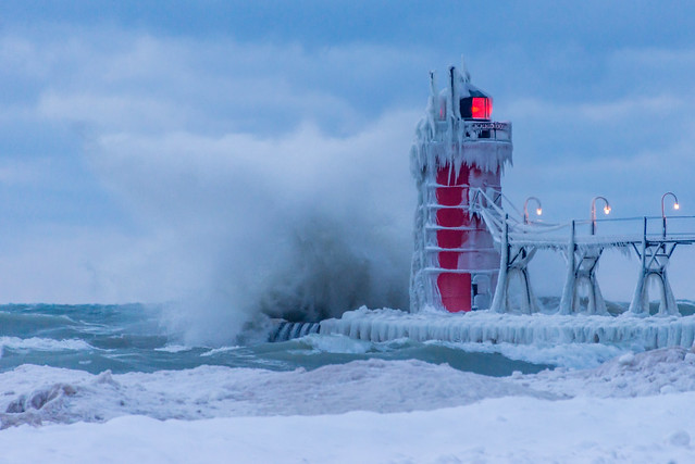 winter lighthouse lake pier waves wave lakemichigan southhaven westmichigan crashingwave southhavenlighthouse
