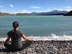 Pause yoga devant le lac Nordernskjöld