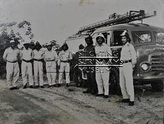 Brandweerlieden voor een brandweerauto