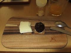 Thringer Bauernkse und thringer Pflaumenmus auf Roggenbrot (multipel_bleiben) Tags: essen frhstck kse marmelade
