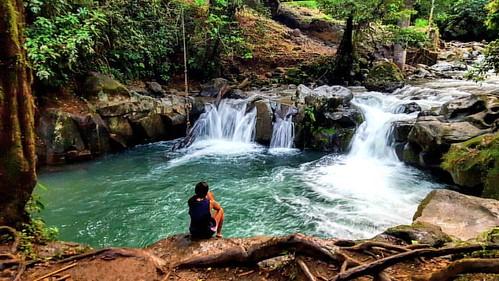 El Salto, a local swimming hole in the La Fortuna region of Costa Rica known for its rope swing! 😄🐒 #costarica #puravida #optoutside #waterfall #girlswhohike#ladiesgoneglobal #welivetoexplore#outdoorwomen #outdoorlife#radgirlslife#lifeofadven