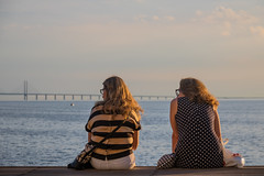 People enjoying the Summer evening and watching the Bridge (Infomastern) Tags: goodnightsunset malm vstrahamnen bridge bro evening kvinna kvll mnniska people woman resundsbron