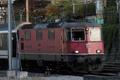 SBB Lokomotive Re 4/4 II 11196 bzw. 420 196 - 8 ( Hersteller SLM Nr. 4758 - BBC MFO SAAS - Baujahr 1969 ) am Bahnhof Basel SBB im Kanton   Basel Stadt der Schweiz (chrchr_75) Tags: albumzzz201610oktober christoph hurni chriguhurni chrchr75 chriguhurnibluemailch oktober 2016 hurni161018 bahn eisenbahn schweizer bahnen zug train treno albumbahnenderschweiz2016712 albumbahnenderschweiz schweiz suisse switzerland svizzera suissa swiss albumsbbre44iiiii lok lokomotive sbb cff ffs schweizerische bundesbahn bundesbahnen re44 re 44
