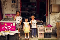 Kids eating ice cream (snowpine) Tags: street streetphotography streetportrait people kids children childhood summer icelolly happy china chinese nanjing life smile